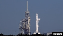 La fusée Falcon 9 de Space X prête au décollage le Centre spatial Kennedy près de Cap Canaveral en Floride le 18 février 2017.