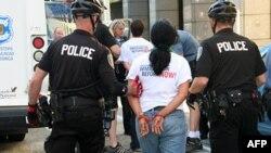 集会示威要求全面实行移民改革者因为阻碍交通而被捕