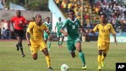 Pemain Nigeria Mikel John Obi (tengah) memburu bola diapit oleh pemain-pemain Ethiopia Adane Girma (kiri) dan Shemeles Bekele dalam babak kualifikasi Piala Dunia 2014 di Calabar, Nigeria (16/11). (AP/Sunday Alamba)
