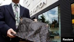 资料照:马里兰州切维蔡斯一家路易威登店外展示的从中国网购的一个假冒路易威登手提包。