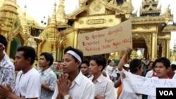 ຊາວເຜົ່າ Rakhine ຈໍານວນນຶ່ງ ສວດມົນພາວະນາ ຢູ່ທີ່ວັດ Shwedagon ໃນນະຄອນຢ່າງກຸ້ງ, ວັນທີ 9 ມີຖຸນາ 2012, ຕໍ່ໜ້າສະພາບການວຸ້ນວ້າຍ ລະຫວ່າງຊາວພຸດ ກັບຊາວຣາຄິນ ເມື່ອນຶ່ງອາທິດຜ່ານມາ.