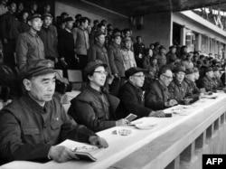 历史照片:(前排左起)中共高官周恩来、江青、陈伯达、康生、张春桥、王力、杨成武、姚文元、戚本禹和关锋参加了北京市革命委员会成立大会。(1967年4月21日)