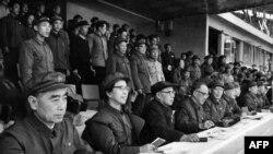 1967年4月21日(前排左起)中共高官周恩来、江青、陈伯达、康生、张春桥、王力、杨成武、姚文元、戚本禹和关锋参加了北京市革命委员会成立大会。