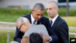 지난 5월 일본 히로시마를 방문해 원폭 피해자와 포옹하고 있는 바락 오바마(가운데) 미국 대통령. (자료사진)