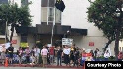 美國洛杉磯民運人士在中國領事館前抗議 (推特圖片)