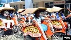 Sejumlah becak yang ikut ambil bagian dalam kampanye anti korupsi di Yogyakarta.