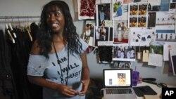 La diseñadora de modas y empresaria inmigrante Lynetty Tyner trabaja en su estudio en Nueva York, donde ha comprado maquinaria buscando crecer.