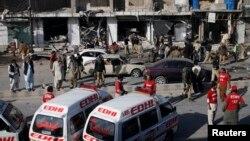 11일 파키스탄 쿠에타 지역에서 폭탄 테러가 발생한 가운데 군인,경찰, 자원봉사자들이 사건 현장을 수습하고 있다. (자료사진)