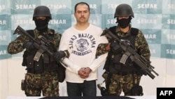 Binh sĩ áp giải trùm ma túy Sergio Antonio Mora Cortes, có biệt danh là El Toto ra trước giới báo chí