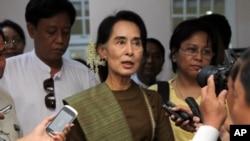Pemimpin oposisi Myanmar Aung San Suu Kyi berbicara kepada jurnalis di Rangoon (foto: dok).