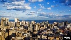 Bangunan di Beirut semakin tinggi dan tinggi sehingga agak sulit mencari pemandangan laut. (VOA/V. Undritz)
