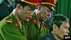 Ảnh Cha Nguyễn văn Lý bị áp giải đến tòa án ở Huế tháng 3 năm 2007