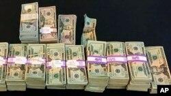 پلیس پول پیدا شده در تاکسی را اینطور نمایش داده است.