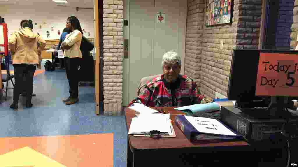 Bureau de vote de Mamaronek, Comté de Westchester, New York, le 19 avril 2016. (VOA/Jacques Aristide)