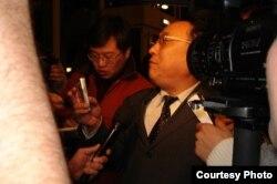 刘洋律师在巴黎接受记者采访