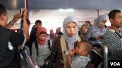 Antrian para pemudik di Stasiun Pasar Senen, Jakarta, menjelang Lebaran.