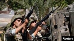 Naoružani libanski vojnici nišane na snage Šeika Ahmeda Al Asira, 24. juni, 2013.