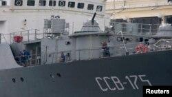 Marineros a bordo del barco ruso Viktor Leonov SSV-175, en el puerto de La Habana.