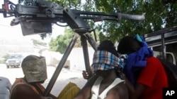 Un homme arrêté, suspecté d'être un militant d'Al-Shabab, est transporté dans un camion à la base de l'Union Africaine à Mogadishu, Somalie, le 26 décembre 2014.