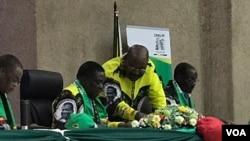UMongameli Emmerson Mnangagwa loMnu. Obert Mpofu baxoxa emhlanganweni weCentral Committee.