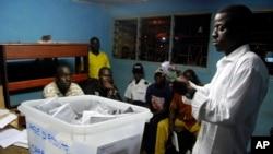 Des agents électoraux comptent procèdent au dépouillement dans un bureau de vote à Libreville, Gabon, 30 août 2009.