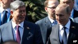 Qirg'iziston rahbari Almazbek Atambayev, Rossiya rahbari Vladimir Putin Moskvada, 9-may, 2015-yil.