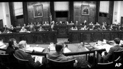 资料照:众议院司法委员会讨论弹劾总统尼克松事宜。(1974年7月25日)