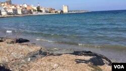 Bãi biển trên đảo Lesbos, Hy Lạp.
