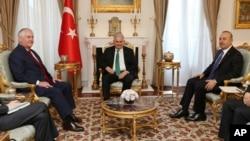 Переговори в Туреччині: Рекс Тіллерсон (л), Біналі Їлдирим (ц), Мевлют Чавушоглу (ц)