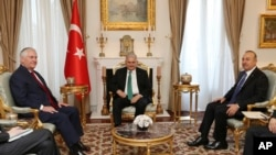 Perdana Menteri Turki Binali Yildirim (tengah) diapit oleh Menlu Turki Mevlut Cavusoglu (kanan) dan Menlu AS Rex Tillerson (kiri) di ANkara, Turki, 30 Maret 2017. (Foto: Biro Press PM Turli, Pool via AP).