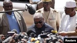 Ibrahim Boubacar Keïta s'adresse aux journalistes devant l'hôtel Radisson de Bamako, le 21 novembre 2015. (REUTERS/Joe Penney)