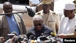 Ibrahim Boubacar Keïta s'adresse aux journalistes devant l'hôtel Radisson de Bamako, le 21 novembre 2015.
