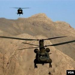 Dua helikopter Chinook milik NATO terbang di pegunungan Paktia, dekat provinsi Khost, Afghanistan.