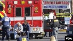 Para petugas medis di lokasi penembakan anggota Kongres Gabrielle Giffods di halaman parkir toserba Safeway di Tucson, Arizona, Sabtu, 8 Januari.