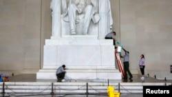 国家公园管理处员工7月26日在华盛顿林肯纪念堂清洗油漆