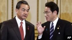 中国外长王毅(左)与日本外相岸田文雄(资料照片)