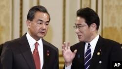 지난 11월 한국 서울에서 열린 한중일 회담에 참석한 왕이 중국 외교부장(왼쪽)과 기시다 후미오 일본 외무상이 대화하고 있다. (자료사진)