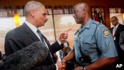 Eric Holder, visitó Ferguson unos días después de la muerte de Brown, para conocer de cerca el caso.