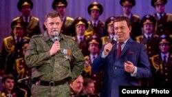 Йосип Кобзон (праворуч) у Донецьку співає разом із ватажком терористичного угруповання «ДНР» Олександом Захарченком