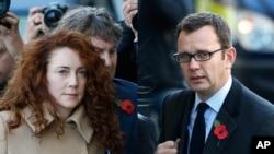 英国小报《世界新闻报》前主编库尔森(右)抵达伦敦法庭(资料照片)
