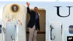 ປະທານາທິບໍດີ Barack Obama ໂບກມືຈາກເຮືອບິນ ປະຈຳຕຳແໜ່ງປະທານາທິບໍດີ Air Force One ກ່ອນອອກເດີນທາງໄປ ຍັງນະຄອນ Boston.