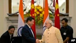 2014年9月18日,中國國家主席習近平和印度總理莫迪在印度新德里簽署了雙邊協定後相互握手。
