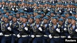 Quân nhân Nga diễu hành trong buổi diễn tập cho Ngày Chiến thắng tại Quảng trường Đỏ ở trung tâm Moscow, Nga, ngày 7/5/2015.