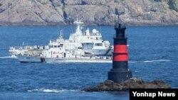 한국 해경이 9일 제주 추자도 인근 해상에서 돌고래호 실종자를 수색하고 있다.