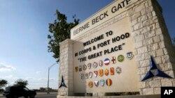 胡德堡陆军基地的墙上写着欢迎来到胡德堡