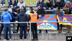 """中国观众试图抢走抗议者打出的西藏""""雪山狮子旗"""" (2018年11月18日)"""