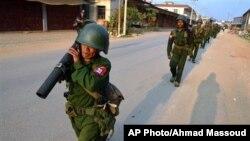 缅军士兵扛着榴弹发射器在果敢巡逻。(缅甸十一传媒集团提供,2015年2月17日)