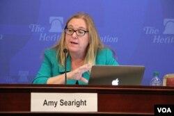 អ្នកស្រី Amy Searight ទីប្រឹក្សាជាន់ខ្ពស់ និងជានាយកកម្មវិធីប្រចាំតំបន់អាស៊ីអាគ្នេយ៍ នៃមជ្ឈមណ្ឌលយុទ្ធសាស្ត្រ និងការសិក្សាអន្តរជាតិ។ នៅក្នុងកិច្ចពិភាក្សាស្ដីពី «សារៈសំខាន់នៃទន្លេមេគង្គ និងជម្រើសគោលនយោបាយសហរដ្ឋអាមេរិក» នៅទីស្នាក់ការរបស់មូលនិធិបេតិកភណ្ឌក្នុងរដ្ឋធានី Washington កាលពីថ្ងៃពុធ ទី១០ ខែមេសា ឆ្នាំ ២០១៧ ។ (សឿន វឌ្ឍនា/VOA)