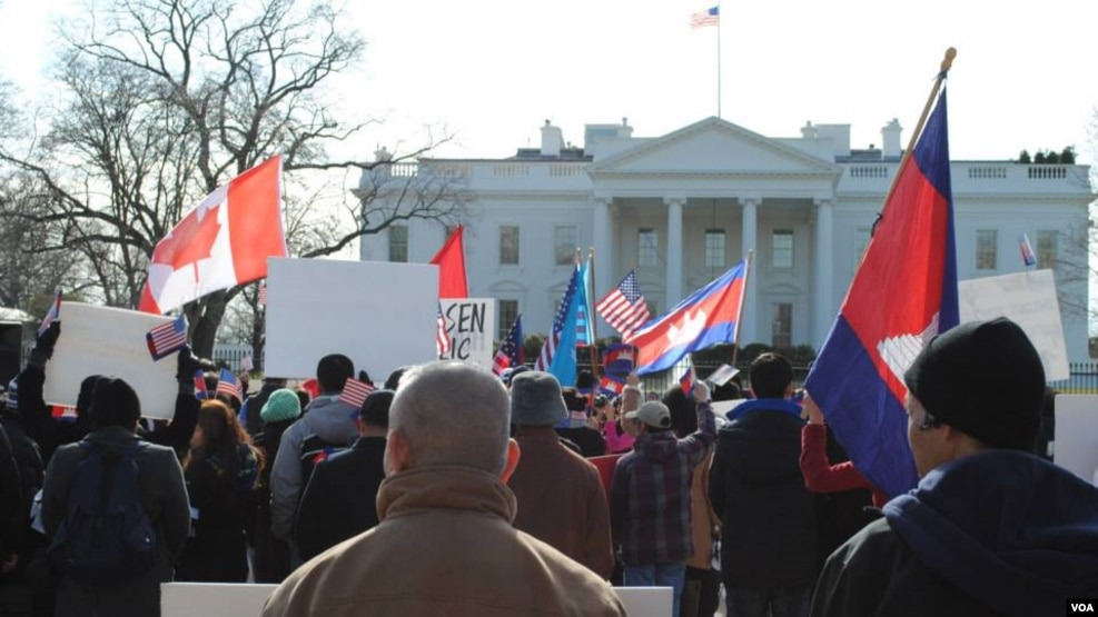 Cambodian-Americans protest in front of the White House in Washington, DC, Monday, January 20, 2014, against the violence in Cambodia and demanding the release of 23 union leaders and workers, and reelection. (Men Kimseng/VOA Khmer)