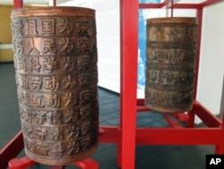 噶德的作品《经筒》中的两只筒
